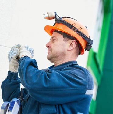 tecnico che installa un impianto di sicurezza