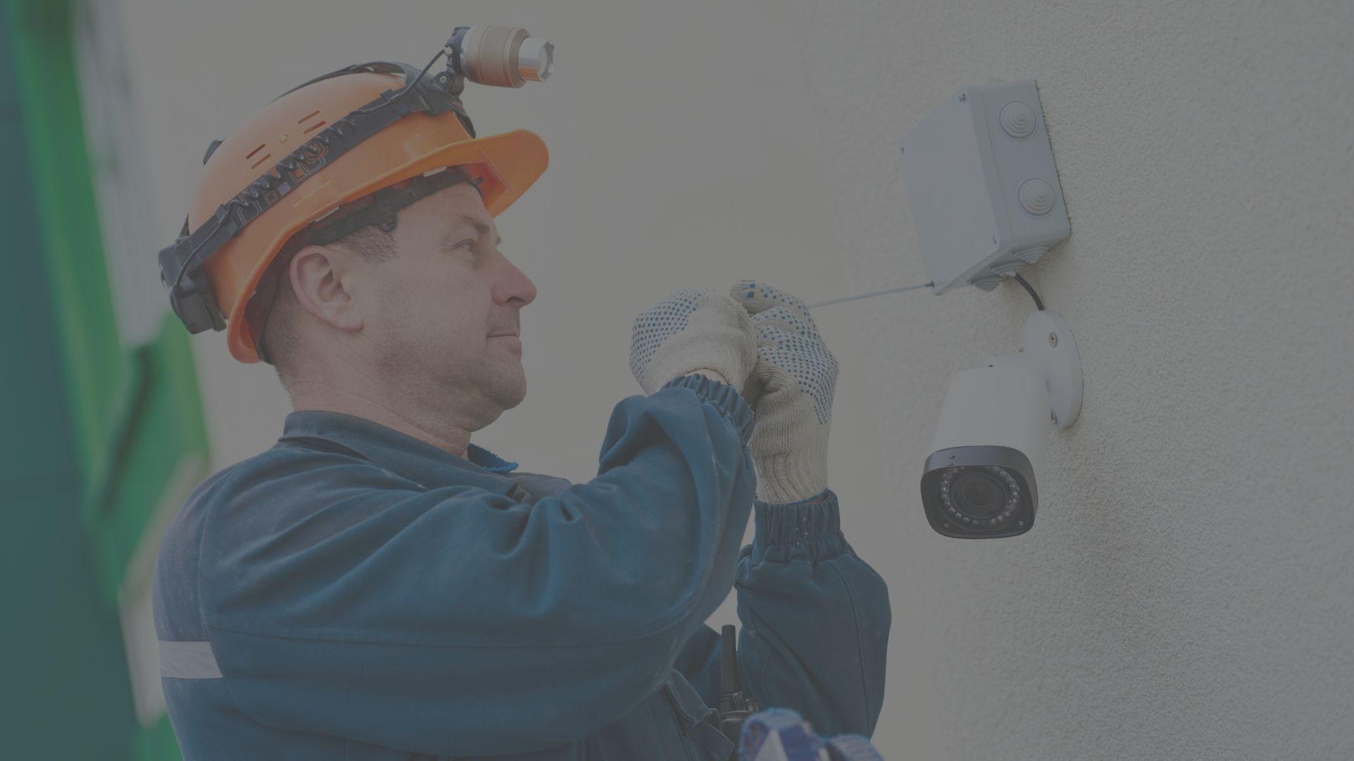 installazione impianto allarme sicurezImmagine di un tecnico installatore che sta installando un sistema di sicurezza per abitazioni private o aziende.za