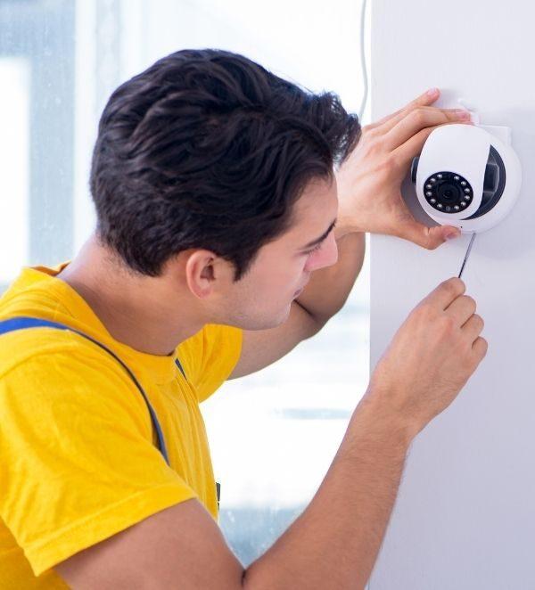 tecnico installa un impianto di sicurezza